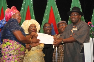 From Right: Governor Seriake Dickson of Bayelsa State, his Deputy, Rear Admiral John Jonah (Rtd), Speaker, BYHA, Rt. Hon. Benson Kombowei, Wife of the Governor, Mrs. Rachael Dickson, and the Commissioner of Women Affairs, Mrs. Sarafina Otazi, during the presentation of a cheque of 500M by the State Government, as part of the Bayelsa State Women Empowerment Programme, at the Banquet Hall, Government House, Yenagoa.